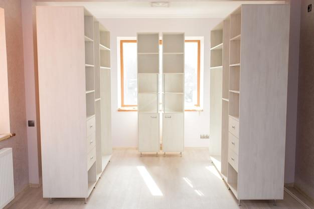 빈 방에 밝은 색상의 캐비닛 가구용 옷장 세트