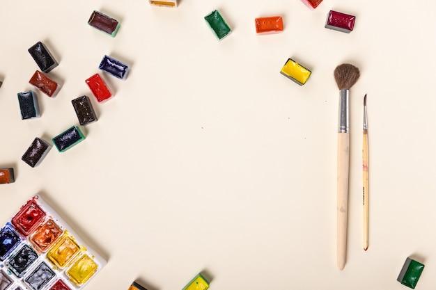 Набор акварельных красок, кистей для рисования мастихином макет художники макет хобби концепт привет ...