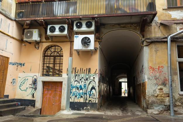 ぼろぼろのゲートウェイ。壁は破壊者によって描かれています。抑圧と鬱病の雰囲気。リヴィウ、ウクライナ-2019年5月15日