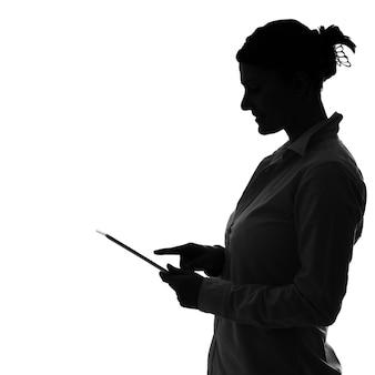 白の上にタブレットで作業している女性の色合い