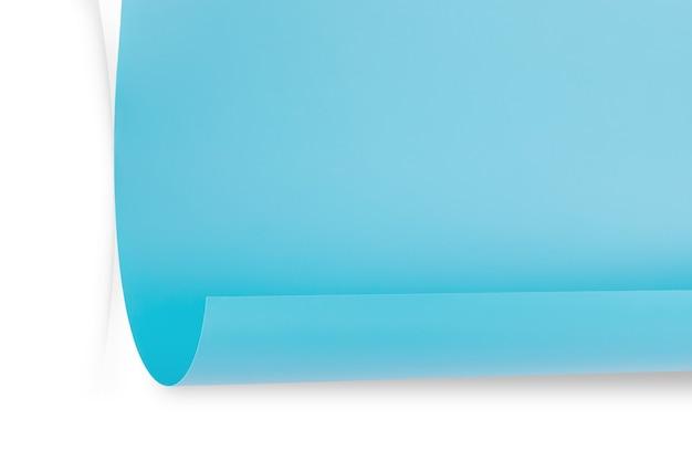 Лист синей бумаги с загнутым уголком на сером фоне