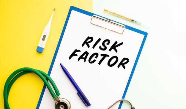 危険因子、聴診器、薬のテキストが書かれた一枚の紙。医療の概念。
