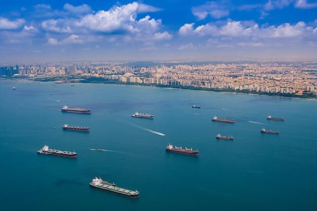 高角度から海上で物資を運ぶ船