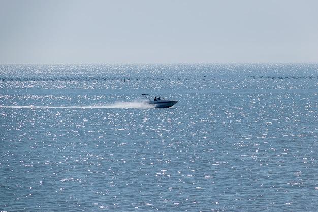 晴れた日に海を疾走する船