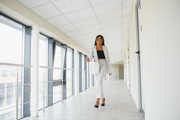 Снимок красивой черной деловой женщины на открытом воздухе