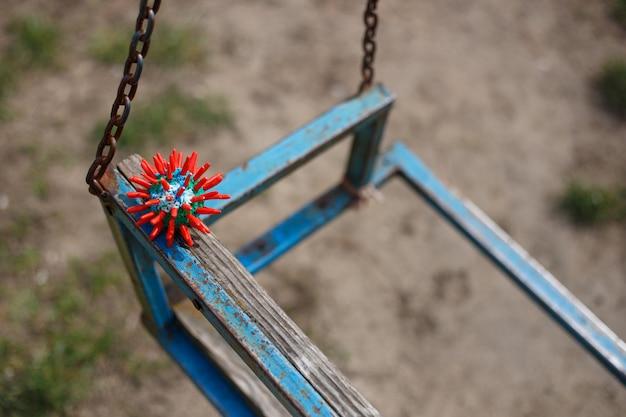 Снимок клетки коронавируса снаружи на детской площадке
