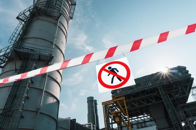 赤と白のリボンが付いたポスターに部外者の通過を禁止する標識