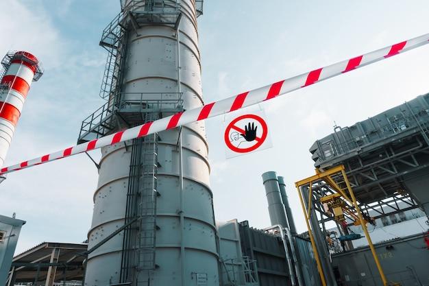 赤と白のリボンが付いたポスターに部外者の通過を禁止する標識。