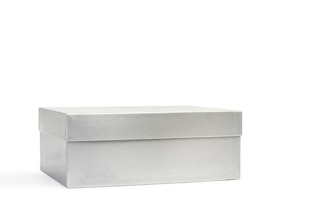 Серебряная картонная коробка, изолированные на белом фоне