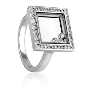 Серебряное кольцо модное, стильное с камнями на белом фоне.