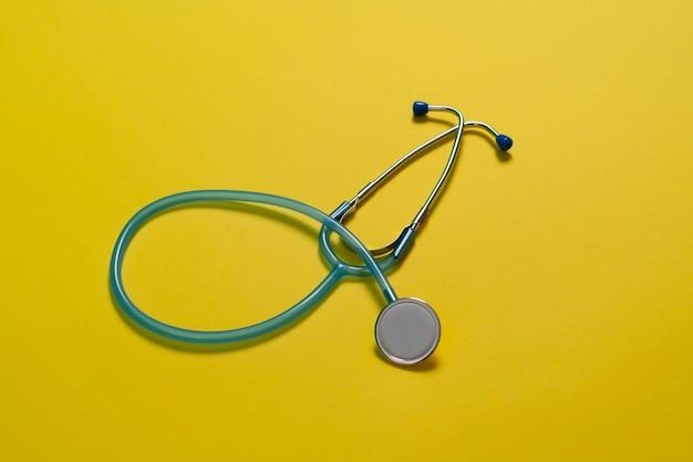 テーブルの上の単純な薬の聴診器、上からのフラットレイビュー