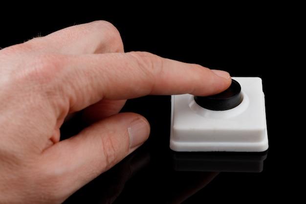 Простая черная кнопка нажимает пальцем