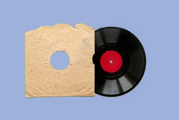 Простой макет винилового диска на цветном фоне