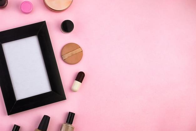 Простая потребность в женском макияже с местом для вашего творчества вид сверху