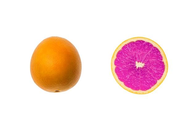 白い背景に分離されたシンプルな紫オレンジの柑橘系の果物、創造的なユニークなアイデア