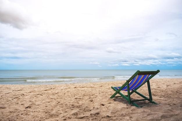 青い空を背景に海沿いのシングルビーチチェア
