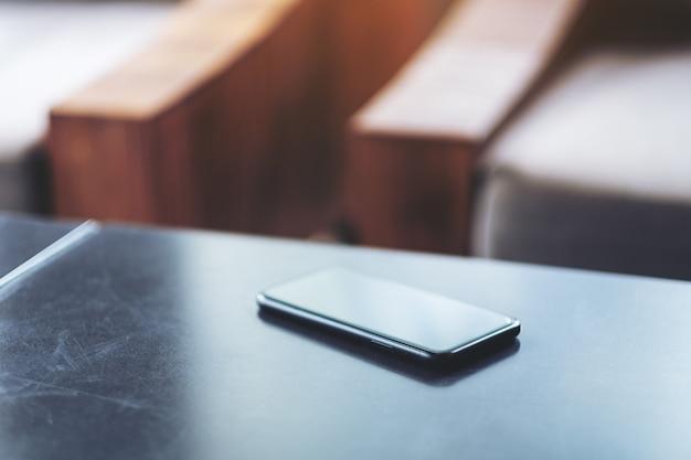 탁자 위의 검은색 휴대폰