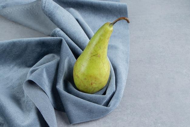 大理石の布地に1つの梨