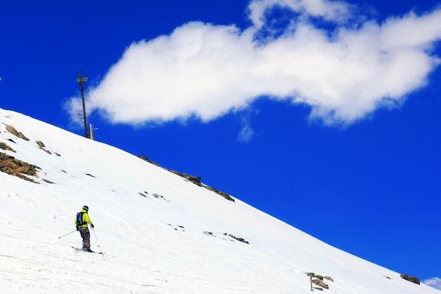 유럽에서 가장 높은 봉우리인 엘브루스 산을 내려가는 스키어.