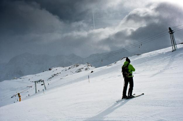 스키어가 활강을 운전합니다.