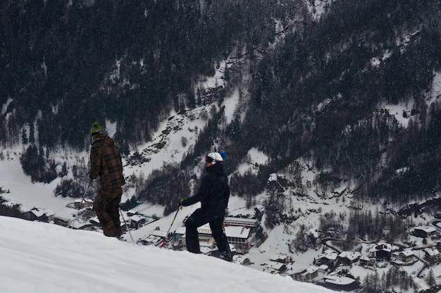 스키어가 활주로를 운전하고 있습니다.