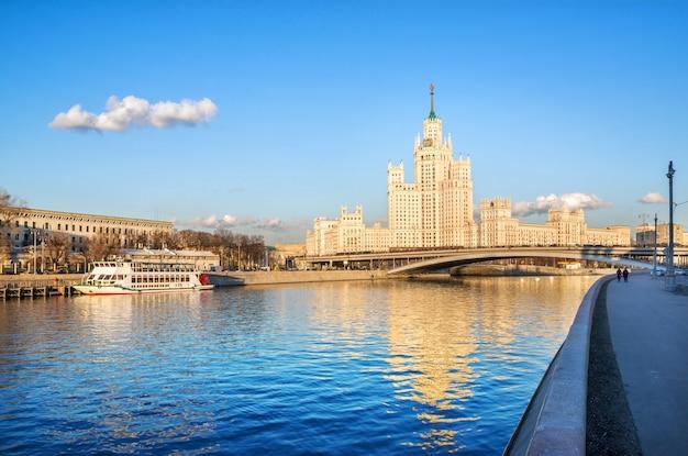 コテリニチェスカヤ堤防の超高層ビルとモスクワの桟橋の船