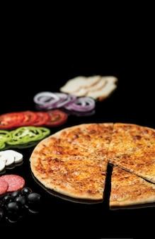 Ломтик, нарезанный из цельной пиццы маргарита.