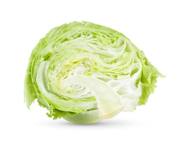 €‹白い背景の上のスライスグリーンアイスバーグレタス