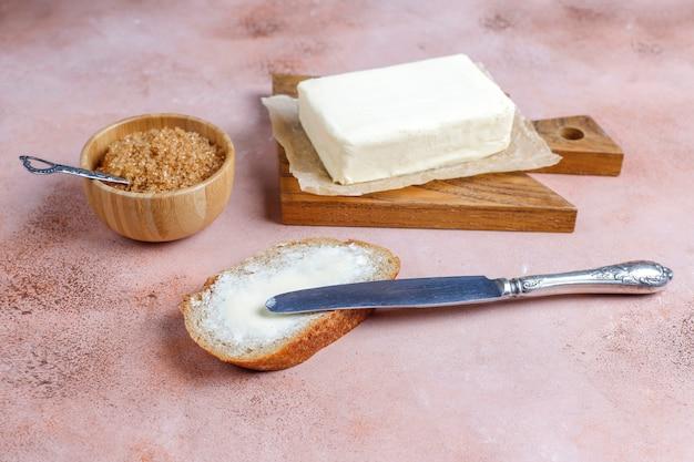 Кусочек хлеба с маслом.