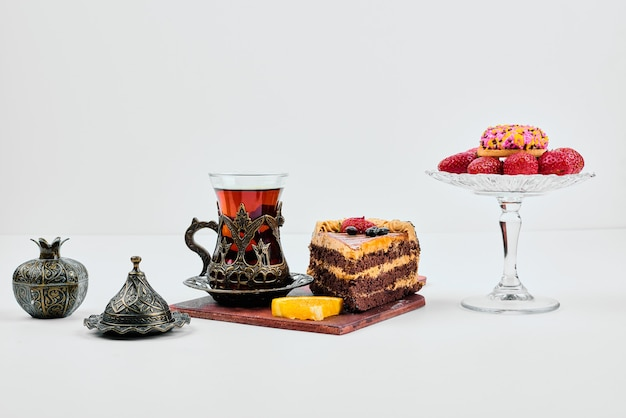 果物とお茶とケーキのスライス。