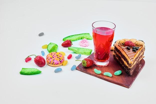 ジュースとキャラメルケーキのスライス。