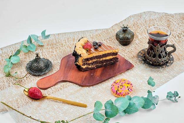 Кусочек карамельного торта с чаем.