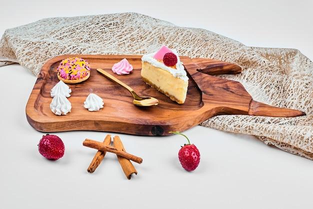 木の板にチーズケーキのスライス。