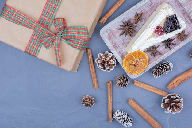 Кусочек чизкейка с анисом и корицей на блюде в деревенском стиле.