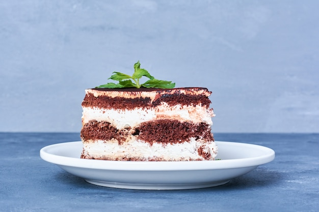 Кусочек шоколадного торта в белой тарелке.
