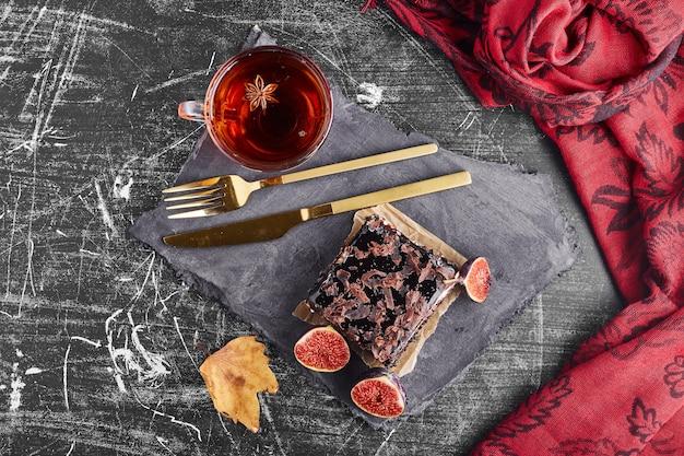 一杯のお茶とチョコレートケーキのスライス、上面図。