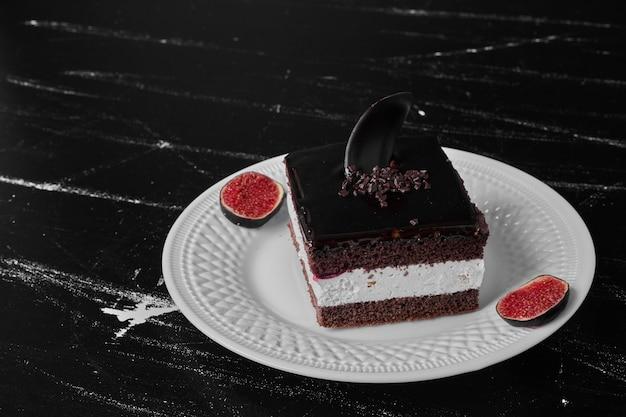 白い皿にフルーツが入ったチョコレートケーキのスライス。