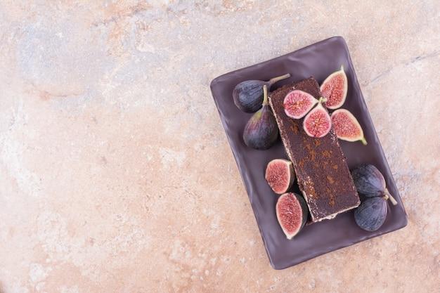 紫色のイチジクとチョコレートケーキのスライス