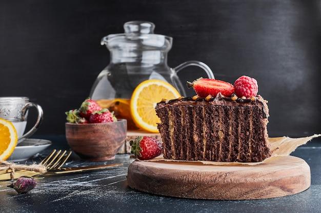 Кусочек торта из какао-крепа.