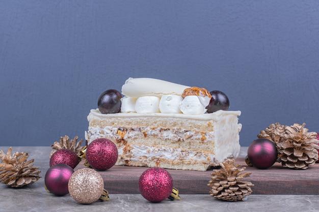 クリスマスのコンセプトで木の板にココナッツケーキのスライス