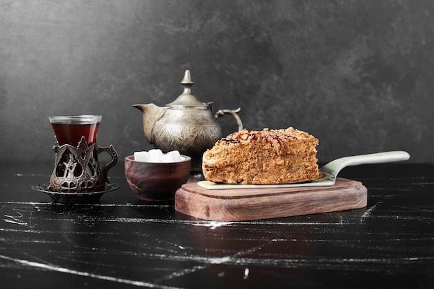 お茶のグラスと蜂蜜ケーキのスライス。