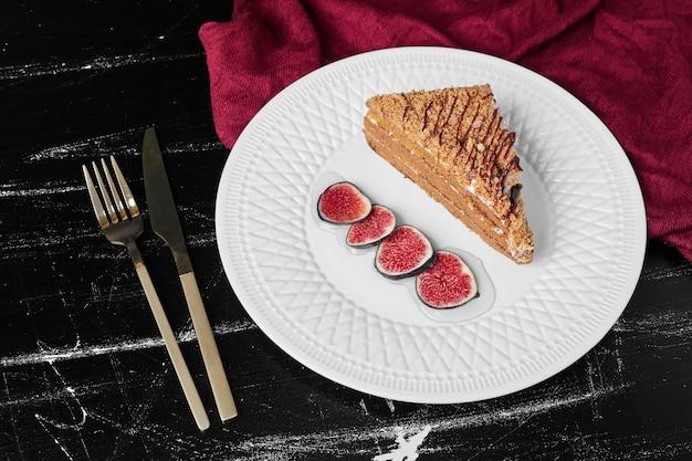 무화과와 confiture와 함께 꿀 케이크 한 조각.