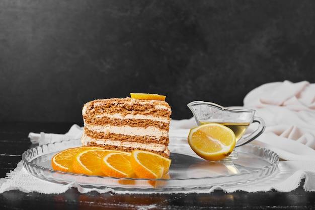 오렌지 조각으로 꿀 케이크 한 조각입니다.