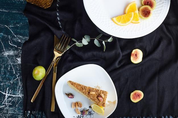 Кусочек торта medovic в белой тарелке.