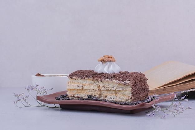 大皿に刻んだチョコレートとメドビックケーキのスライス