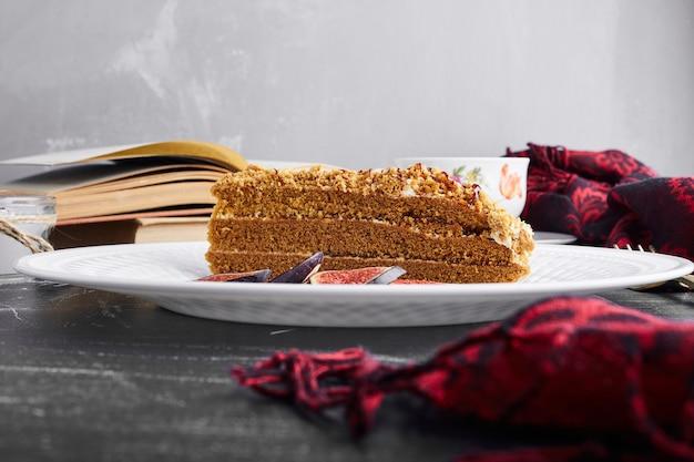 무화과와 medovic 케이크의 한 조각.