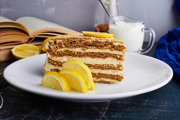 Кусочек торта медович с лимоном.