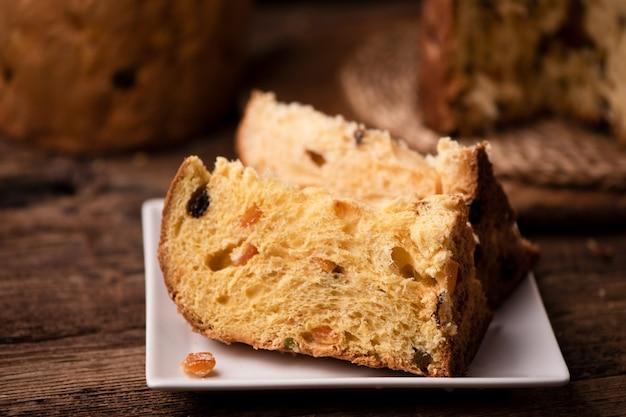 파네토네 한 조각. 전통적인 이탈리아 christams 케이크 panettone를 닫습니다