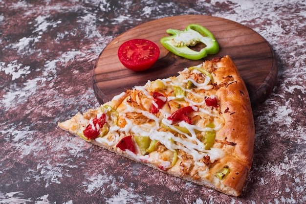 トマトとコショウのピザのスライス。