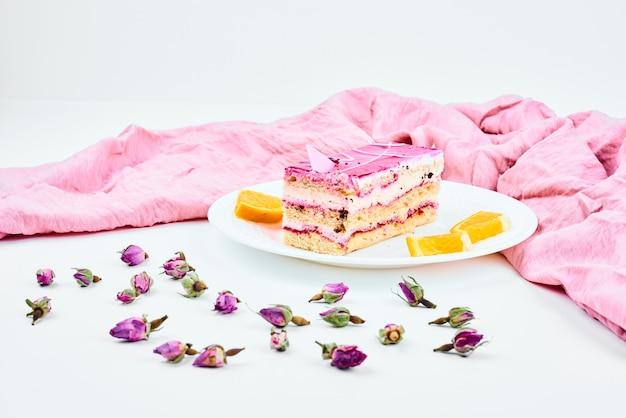 Кусочек малинового торта с апельсинами.